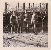 Foto Deutsche Soldaten Vor Getarnter Holzhütte Im Wald - 2. WK - 5,5*5,5cm (37189) - Krieg, Militär