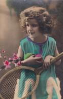 NIÑA GIRL FILLE MENINA JUEGANDO PLAYING BRINCADEIRA JOUENT TENNIS COLORISE-CIRCULEE  CORONEL SUAREZ CIRCA 1900s- BLEUP - Photographie