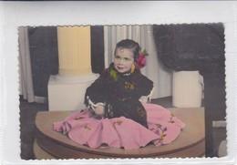 NIÑA FILLE GIL FLOWERS FLEURES GRAN VESTIDO BIG DRESS COLORISE CIRCA 1940s- BLEUP - Fotografie