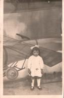 CARTE PHOTO SANS LEGENDE UNE FILLETTE BOUDEUSE EN ROBE BLANCHE DEVANT UN DESSIN D'AVION PAS CIRCULEE - Postcards