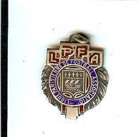LIGUE PARISIENNE DE FOOTBALL ASSOCIATION LPFA 1945-46 METAL ARGENTE PSG ARMOIRIES DE PARIS - Apparel, Souvenirs & Other