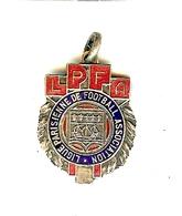 LIGUE PARISIENNE DE FOOTBALL ASSOCIATION LPFA 1947-48 METAL ARGENTE PSG ARMOIRIES DE PARIS - Apparel, Souvenirs & Other