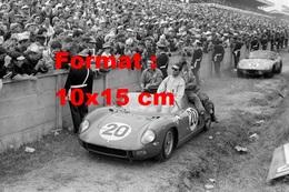 Reproduction D'une Photographie Ancienne Des Victorieux Pilotes De La Ferrari 275 Aux 24 Heures Du Mans De 1964 - Reproductions