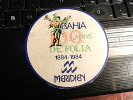 19523) ADESIVO BAHIA 100 ANOS DE FOLIA MERIDIEN DIMENSIONI 9,5  Cm DIAMETRO - Adesivi