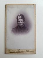 Ancienne Photo D'une Femme âgée Belge Par Hector Basse - Nivelles (Belgique) - 10,5x6,5cm - Portrait/Dame - Photos