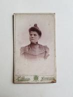 Ancienne Photo D'une Femme Par H. Basse - Nivelles (Belgique) - 10,5x6,5cm - Portrait/Dame/Madame - Photos