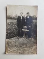"""Ancienne Photo/CP De Deux Hommes Belges Devant Une Tombe De Soldat """"Burton 3 Lanc."""" - Belgique - Militaire/Armée - Guerre, Militaire"""