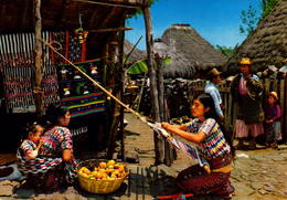 GUATEMALA, TEJEDORA DE SANTIAGO, ATITLAN E INDIGENA DE  SOLOIA  [49612] - Guatemala