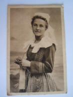 Concarneau Sardinière Attendant L'arrivée Des Bateaux Tricoter Folklore Circulée 1934 Quimper Pli Leger Coin - Pêche