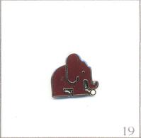 Pin's Animaux - Eléphant Avec Un Ballon. Non Estampillé. EGF. T618-19 - Animales