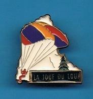 PIN'S //  ** LA JOUE DU LOUP / PARAPENTE ** . (Martineau) - Paracaidismo