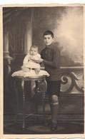 Thèmes - Photographie - Portrait D'enfants - 1 Garçon Et 1 Bébé - Photo - Personnes Anonymes