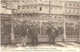 Dépt 75 - PARIS - GRÈVE CHEMINS DE FER 1910 - Gare Saint-Lazare - Les Voyageurs Attendent Vainement Le Départ Des Trains - Stations, Underground