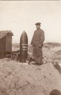 Photo 1915 Secteur LOMBARDSIJDE, WESTENDE - Soldat Allemand Avec Un Obus (A196, Ww1, Wk 1) - War 1914-18