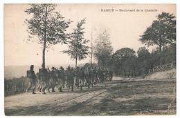 CPA Dos Non Divisé : NAMUR Citadelle - Boulevard De La Citadelle - Régiment De Soldats En Marche - Namur