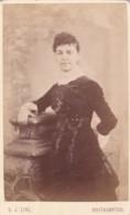 ANTIQUE CDV PHOTO. LADY LEANING ON PILLAR, SOUTHAMPTON STUDIO. - Photographs