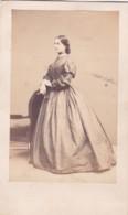 ANTIQUE CDV PHOTO.  LADY WEARING LONG FULL DRESS. NO STUDIO. - Photographs