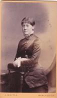 ANTIQUE CDV PHOTO.  STANDING LADY. FRINGE HAIR STYLE. MANCHESTER  STUDIO. - Alte (vor 1900)