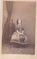 ANTIQUE CDV PHOTO - YOUNG GIRL. RINGLETS, HOLDING  HAT.  BIGGLESWADE STUDIO - Photographs