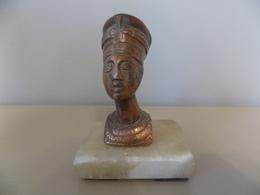 Buste De Nefertiti Sur Socle. - Art Oriental