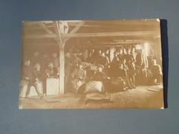 Cpa Groupe De Soldats - Prisonniers ? Dans Un Atelier Avec Soldats Allemands, Chat. - War 1914-18
