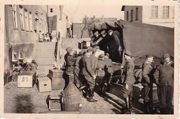 Foto Deutsche Soldaten Und LKW - Verladung Der Schreibstube - Kinder - 2. WK - 8*5,5cm (37299) - Krieg, Militär