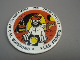 Badge Rassemblement Des Troglodytes U.M SOISSONS LES FRANCS - Sports