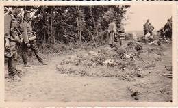 Foto Deutsche Soldaten Mit Soldatengräbern - La Haye Des Cordes - 2. WK - 10*6cm (37321) - Krieg, Militär