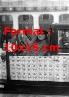 Reproduction D'une Photographie Ancienne D'un Taxi Avec Des Timbres Anti-tuberculose Collés Sur Son Taxi En 1929 - Reproductions