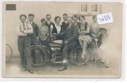 CPA  -36728 -A Localiser - Carte Photo Groupe Autour D'une Moto En Beau Plan - Cartes Postales