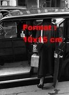 Reproduction D'une Photographie Ancienne D'une Femme De Dos Montant Dans Un Taxi Londonien En 1950 - Repro's