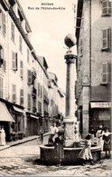 ANTIBES  -  Rue De L' Hôtel De Ville  - Animation Autour De La Fontaine - Antibes - Vieille Ville