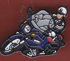 54596- Pin's .Moto.motard.police.gendarmerie.. .. - Police