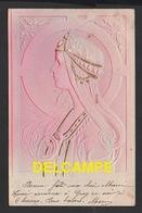 DD / FANTAISIES /  JEUNE FEMME SUR FOND MONOCHROME ROSE / CARTE GAUFRÉE / CIRCULÉE EN 1903 - Women