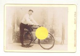 Photo Studio Sur Carton ( Grand Modèle) D'un Cycliste, Vélo - GILLY (b238) - Lieux