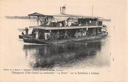 """CPA MADAGASCAR - ( Côté Ouest ) - La Canonnière """" La Brave """" Sur Le Betsiboka à Ambato - Madagascar"""