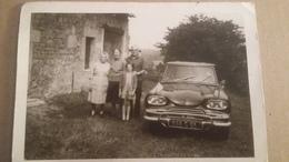 Phography :ancienne Photo D'une Voiture Ancienne AMI 8 . Et D'une Famille . - Automobiles