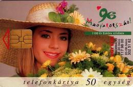 TARJETA TELEFONICA DE HUNGRIA. MUJER CON FLORES, FONDO MARRON. HU-P-1996-09a. (178) - Hungría