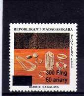 MADAGASCAR  1998  MNH  - BIJOUX : SAKALAVA / SURCHARGE NOIR 300 Fmg / OVERPRINT - 1 VAL - Madagascar (1960-...)