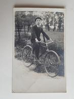 Photo D'un Jeune Garçon Belge Sur Son Vélo Dans La Campagne - Belgique/enfant - Photos