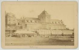 CDV 1870-80 . Normandie . Cabourg . Casino Et Société Sur La Plage . - Anciennes (Av. 1900)
