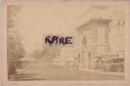 PHOTO ANCIENNE,75,PARIS,PORTE SAINT MARTIN,CONSTRUITE EN 1674 PAR PIERRE BULET,COMMERCE,CHAUSSURE,THEATRE,RUE,RARE - Plaatsen