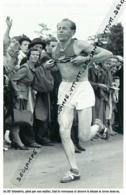 ATHLETISME : PHOTO (1952), JEUX OLYMPIQUES, HELSINKI, EMILE ZATOPEK REMPORTE LE MARATHON, PASSAGE AU 35° KILOMETRE - Athletics