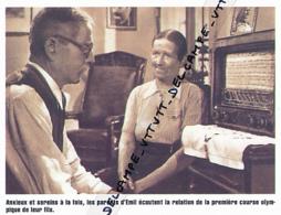 ATHLETISME : PHOTO (1952), JEUX OLYMPIQUES, HELSINKI, LES PARENTS D'ALAIN MIMOUN ECOUTANT A LA RADIO LE 10 000 METRES - Athletics