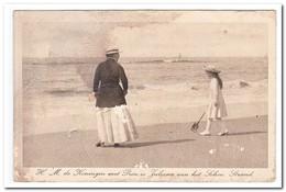 H.M. De Koningin Met Princes Juliana Aan Het Schev. Strand - Koninklijke Families