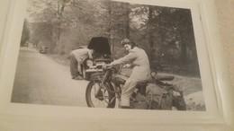 Phography : Belle Et  Ancienne  Photo D'une Femme Conduisant Une Moto Ancienne - Cyclisme