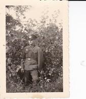 Foto Deutscher Soldat Mit Schirmkappe Im Wald - 2. WK - 8*5,5cm (37404) - War, Military