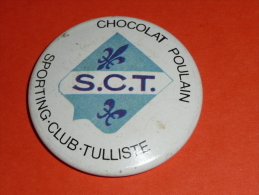 Vintage Ancien Badge En Tôle émaillée, Chocolat POULAIN Sporting Club Tulliste Tulles Rugby - Chocolate