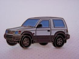 PIN'S 4X4 MITSUBISHI BLANC ET BLEU - Mitsubishi