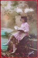 Cpa Photo PETITE FILLE Sur Un Banc, LIVRE D IMAGES  CUTE GIRL PINK DRESS READING BOOK EDITEUR SAPHIR - Scènes & Paysages